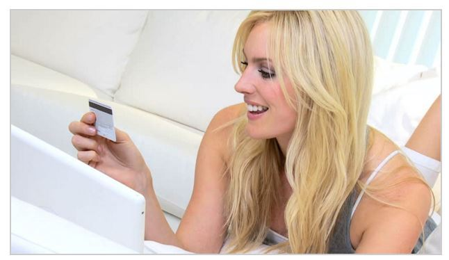 Девушка оформляет онлайн заявку на кредит