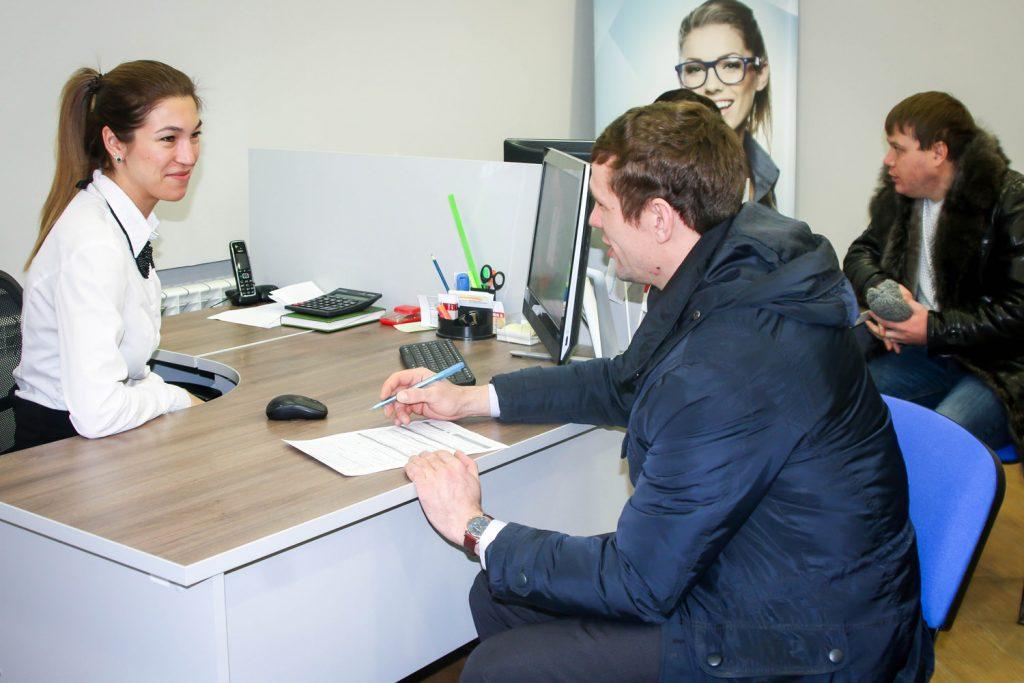 Подписание договора в офисе