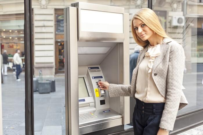Как достать карту из банкомата