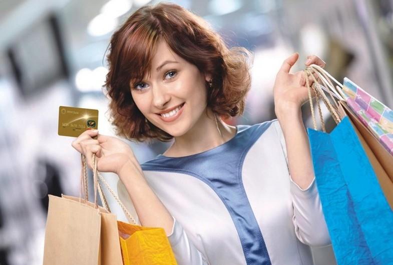 Девушка делает покупки