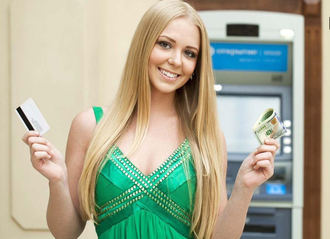 Девушка снимает деньги с карты