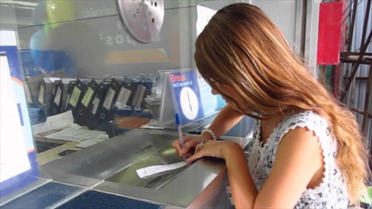 Девушка погашает кредит