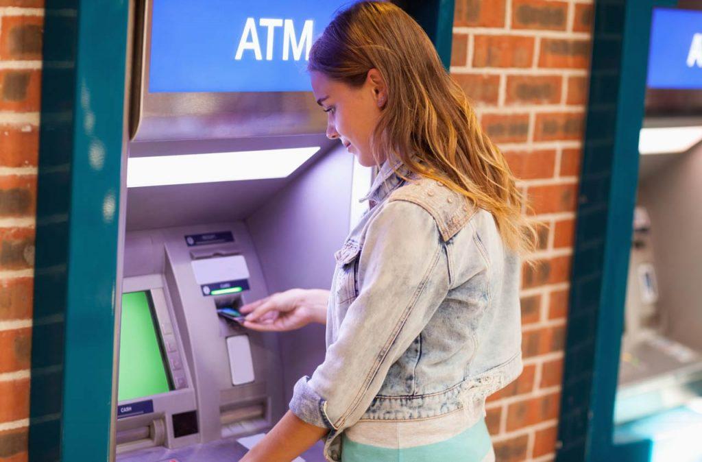 Снятие денег на банкомате