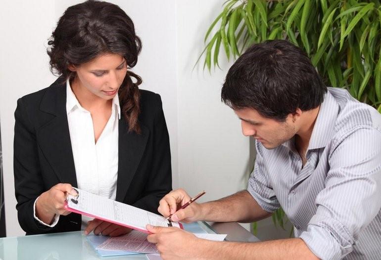 Клиент подписывает документы