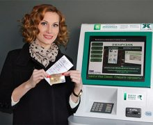 Клиент возле банкомата