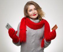 Девушка с кредиткой и телефоном