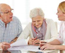 Пенсионеры в банке