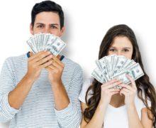 Молодая пара с деньгами